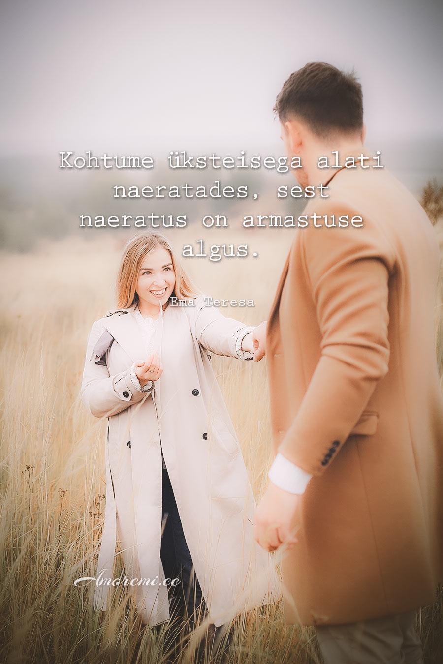 Tsitaadid armastusest: Naine naeratab kallimale