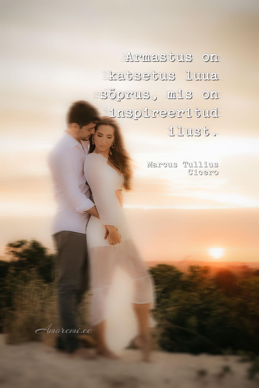 Tsitaat armastusest: armastav paar päikeseloojangus