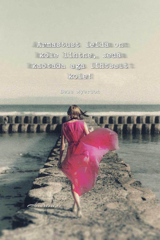 Tsitaadid armastusest: naine roosas lahkub