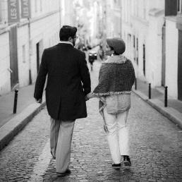 Armastav paarike jalutab