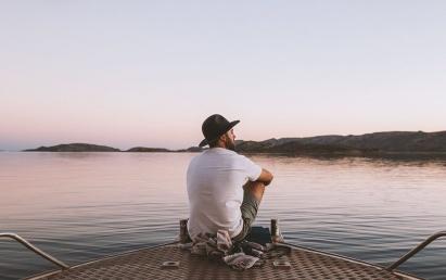 Mees üksinda vee ääres