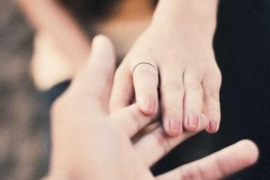 Käed puudutavad teineteist