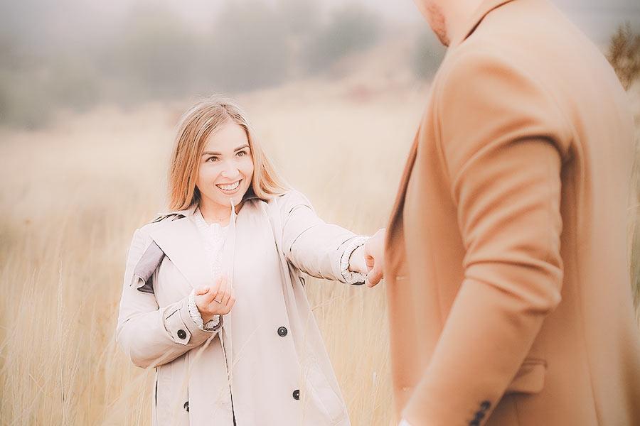 Naine naeratab kallimale