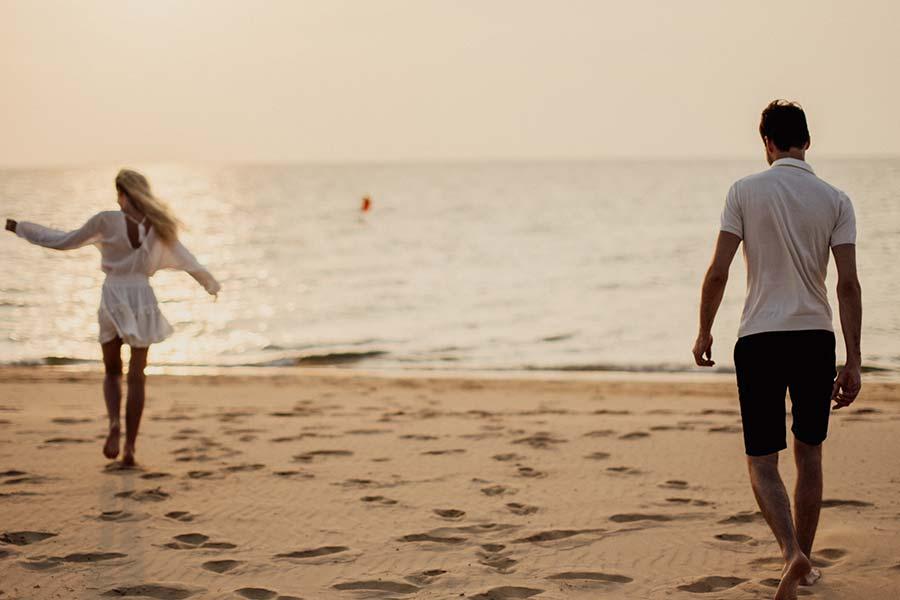 Armastav paar rannas