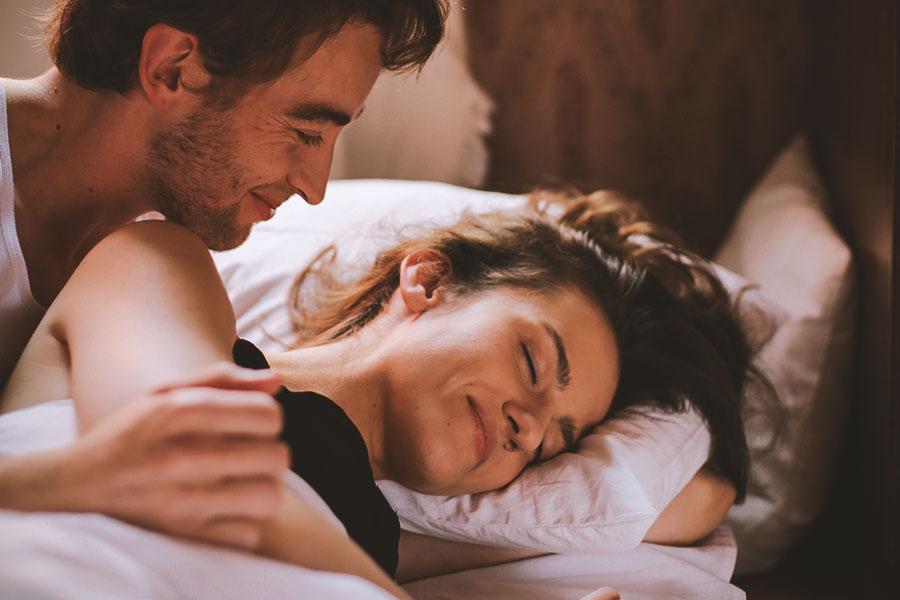 Armastav paarike voodis