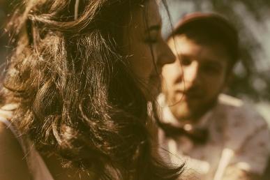 Kena naine tutvub mehega