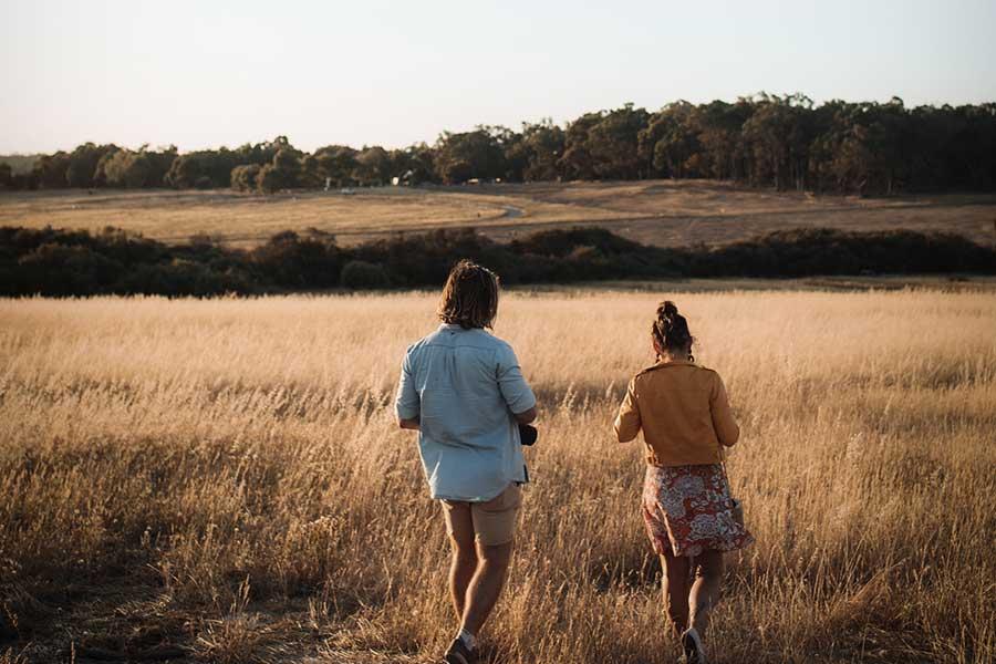 Kaaslasega põllul jalutamas