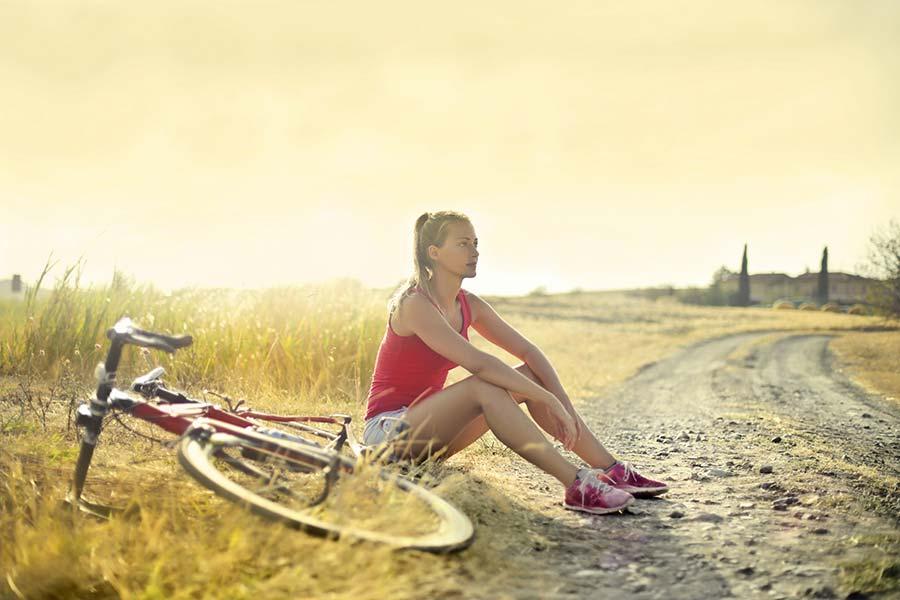 Üksik naine jalgrattaga