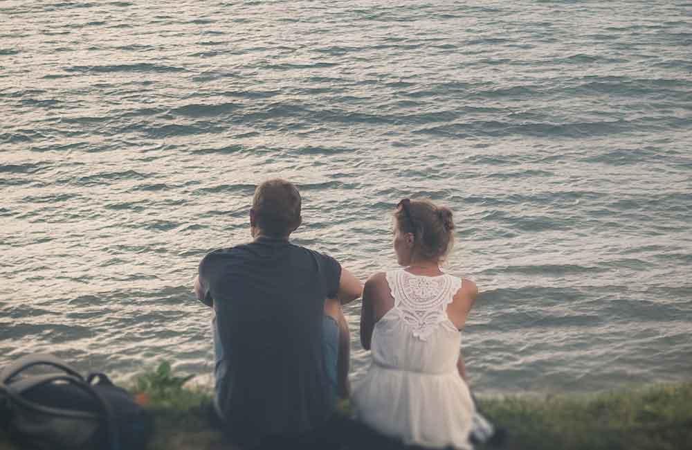 Naine ja mees rannas koos