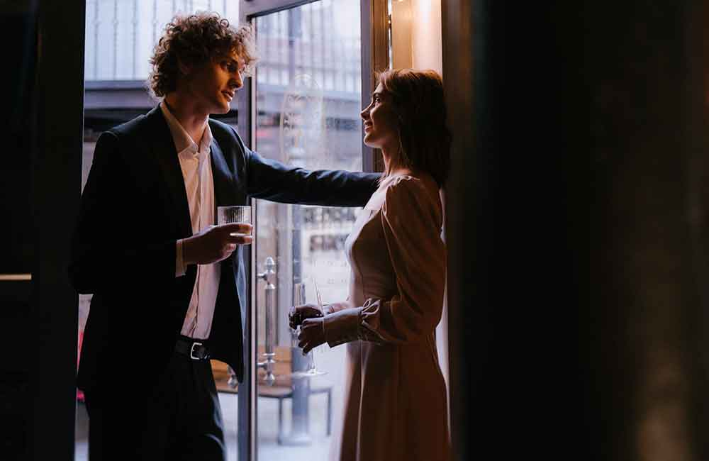 Mees tutvub naisega kohvikus