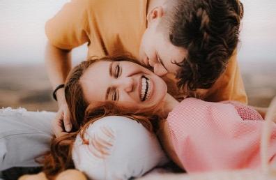 Naeratav paar