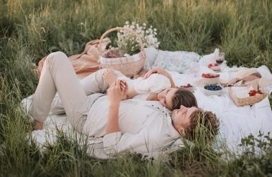 armastav paar pikutab looduses