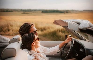 Armunud paar sõidab autoga