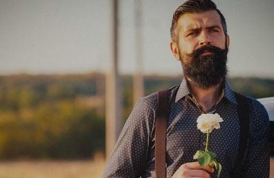 Mees roosiga kohtingul
