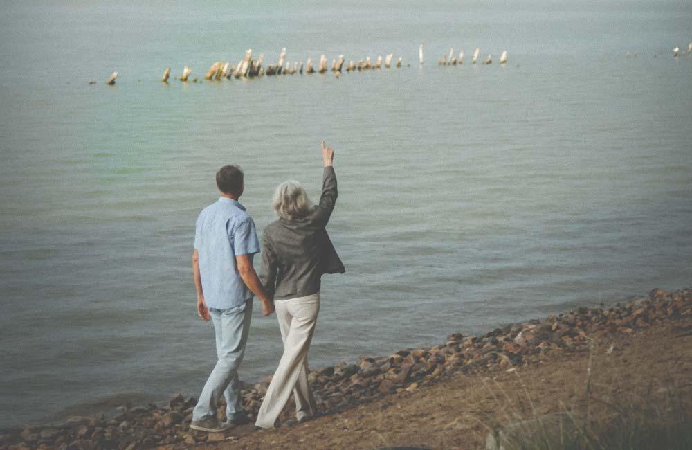 Paar 60+ jalutamas mere ääres