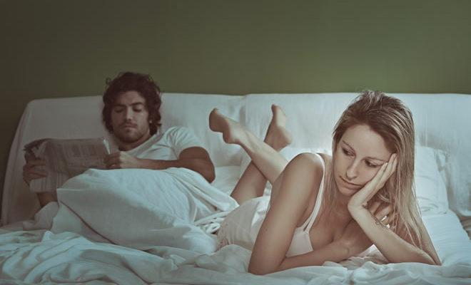 Naine ja mees voodis