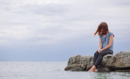 Naine üksi mere ääres