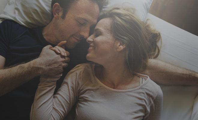 Naine ja mees kallistavad