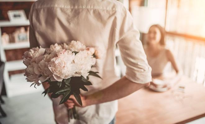 Armastus suhtes: mees kingib naisele lilli