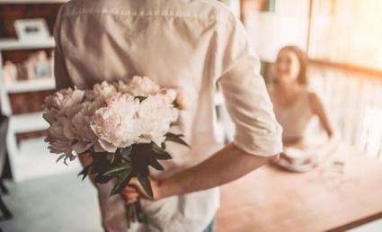 Mees kingib naisele lilli
