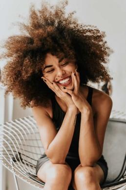 Naine õnnelik ja naerab