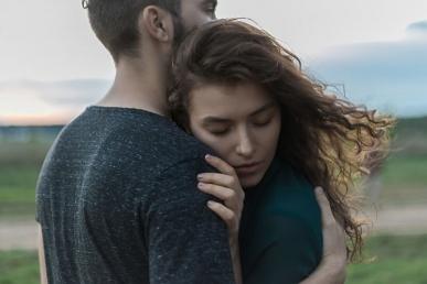 Naine mehe käte vahel