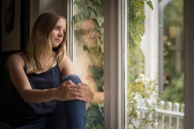 Naine üksi aknal