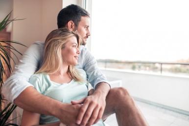 Naine ja mees embavad