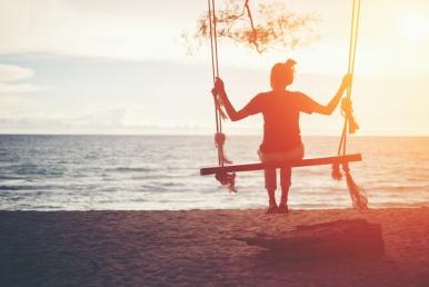 Naine üksi mere ääres kiigub