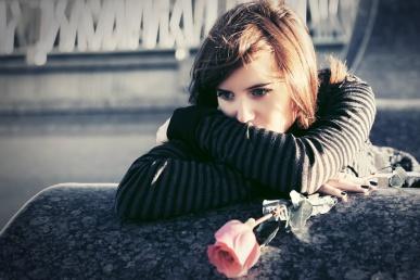Armastus läbi: mõtlik naine roosiga