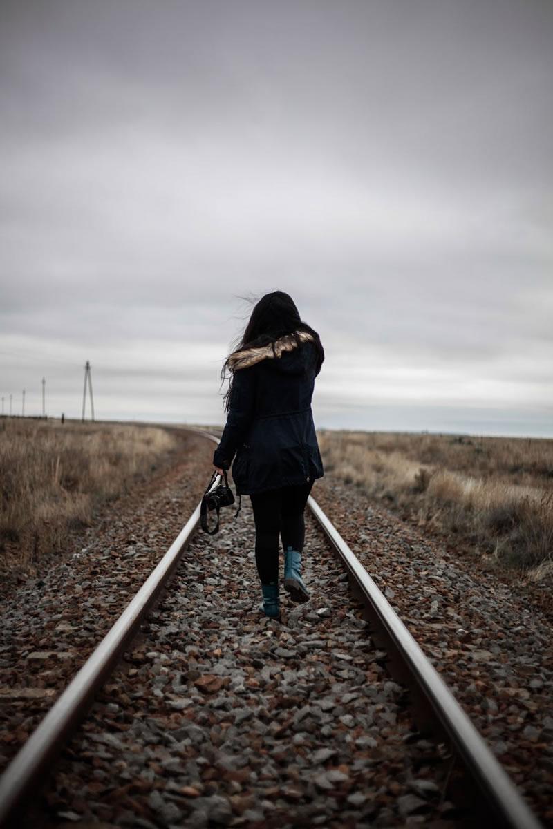 Üksildane naine raudteel