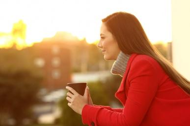 Naine punases heas meeleolus tassiga