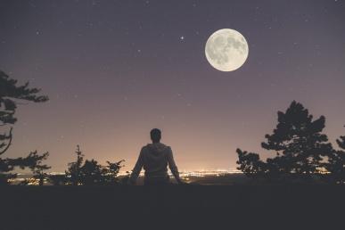Üksik mees kuuvalgel