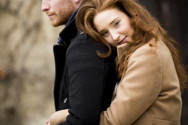 Naine kallistab meest