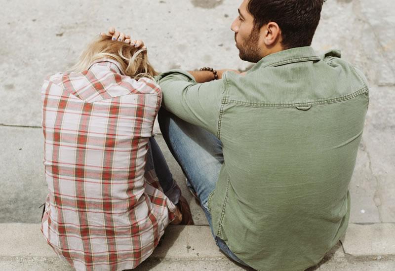 Naine ja mees istuvad vaikides