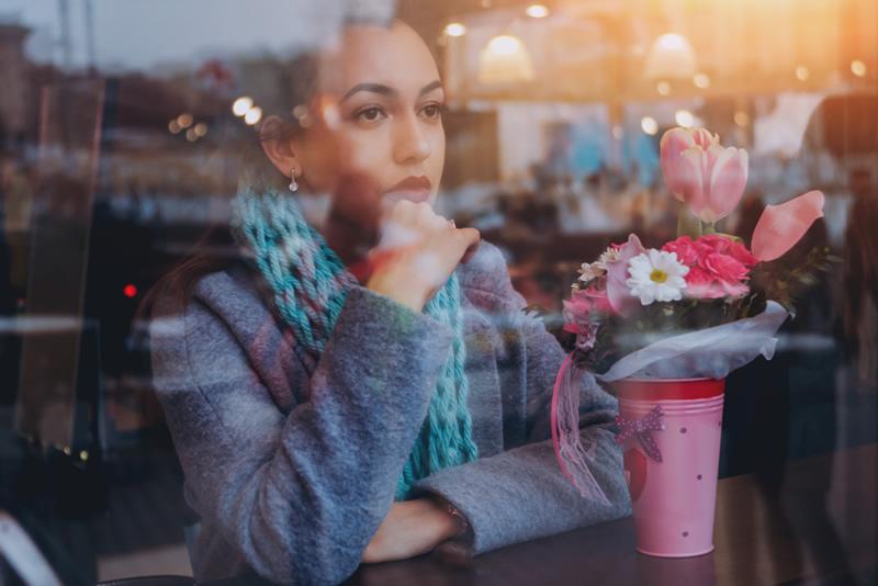 Armastuse leidmine: naine igatsevalt kohvikus