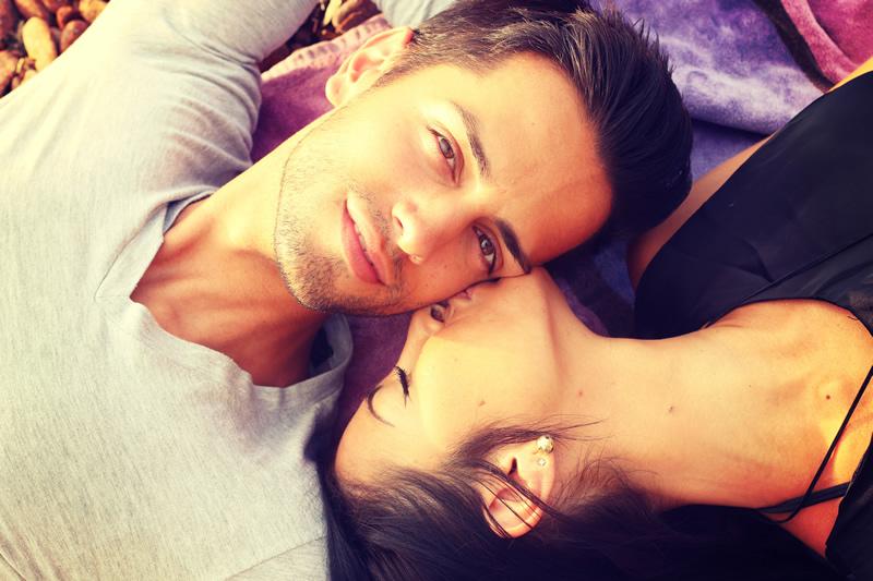 Õnnelik paar rahulolevalt voodis