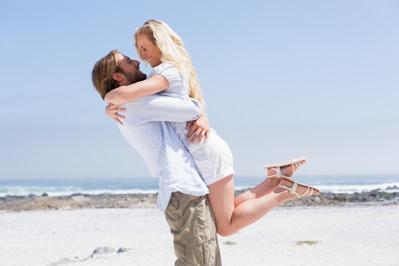 Kaaslasega kallistamas rannas