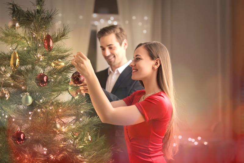 Kaaslasega jõuluõhtul kuuske ehtimas