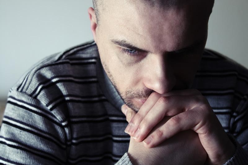 Üksildane mees mõtleb