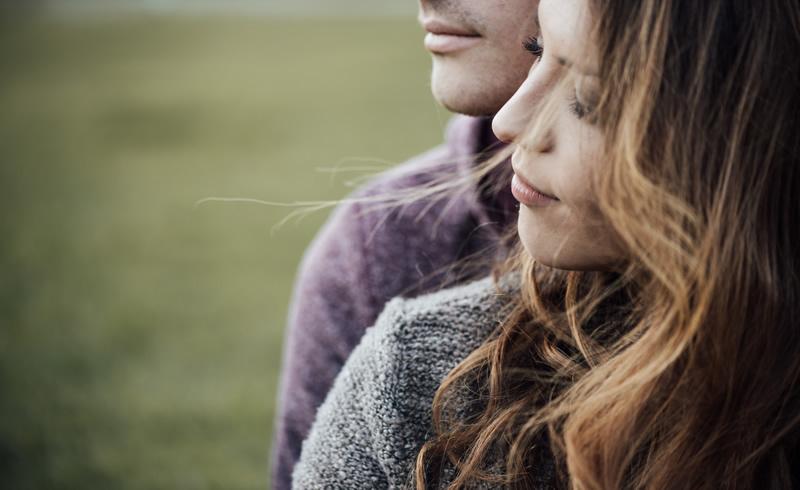 Naine ja mees meeldivalt koos