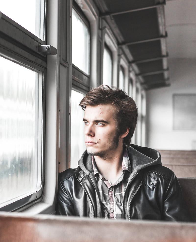 Üksik mees akna juures mõtlik