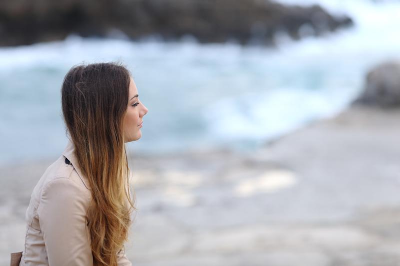 Naine üksi rannal mõtlik