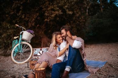Armas paarike piknikul
