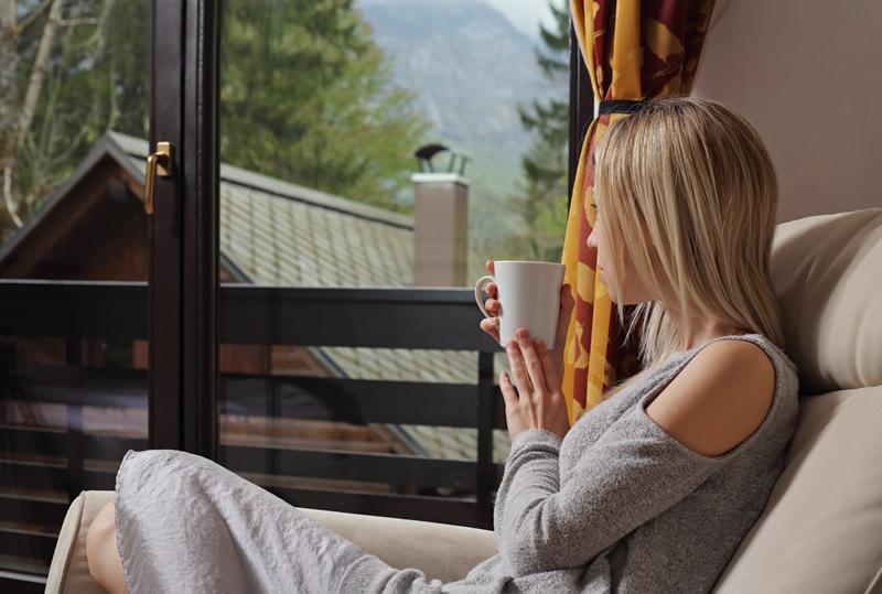 Üksik naine joob teed