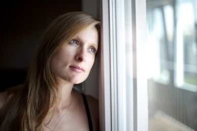 Naine vaatab unistavalt
