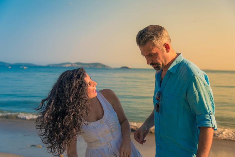 Naine ja mees õnnelikud rannal
