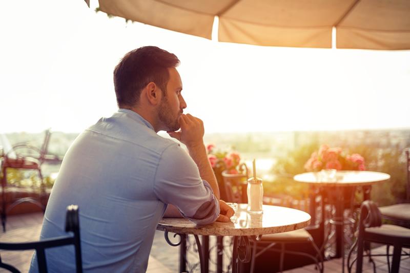 Üksik mees mõtlikult kohvikus