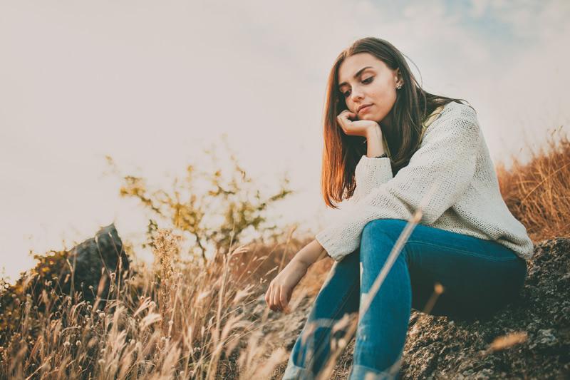 Üksik naine mõtlikult looduses