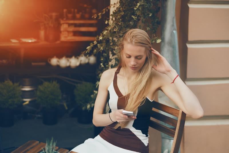 Armastuse ootus: igatsev naine kohvikus